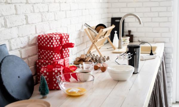 Cocinas pequeñas: cómo aprovechar el espacio al máximo en Navidad