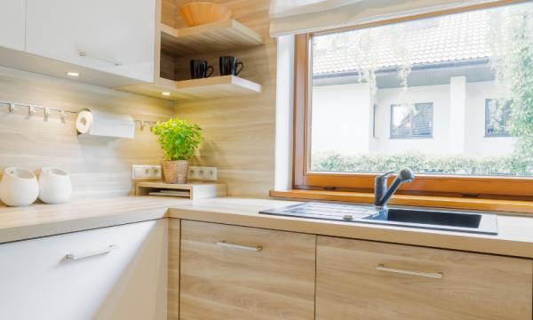 Cocina blanca y madera: calidez y elegancia en una misma estancia