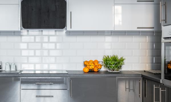El equilibrio perfecto entre la cocina blanca y gris